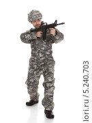 Купить «молодой человек в военной форме держит автомат и прицеливается», фото № 5240703, снято 21 апреля 2013 г. (c) Андрей Попов / Фотобанк Лори