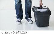 Купить «Рабочий с ящиком для инструментов», видеоролик № 5241227, снято 5 июня 2013 г. (c) Syda Productions / Фотобанк Лори
