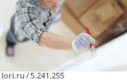 Купить «Профессиональный маляр красит стену», видеоролик № 5241255, снято 5 июня 2013 г. (c) Syda Productions / Фотобанк Лори