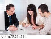 Купить «молодая пара общается с менеджером по недвижимости», фото № 5241711, снято 20 апреля 2013 г. (c) Андрей Попов / Фотобанк Лори