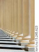Фрагмент колоннады зимнего театра в Сочи (2012 год). Стоковое фото, фотограф Михаил Иванов / Фотобанк Лори