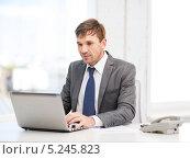 Купить «Молодой руководитель работает в кабинете», фото № 5245823, снято 3 октября 2013 г. (c) Syda Productions / Фотобанк Лори