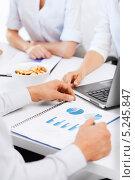 Купить «Коллеги обсуждают детали задания в офисе», фото № 5245847, снято 9 июня 2013 г. (c) Syda Productions / Фотобанк Лори