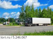 Грузовой автомобиль с прицепом движется на АЗС (2013 год). Редакционное фото, фотограф Agnes Chvankova / Фотобанк Лори