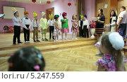 Купить «Дети в детском саду выступают на театральном представлении», видеоролик № 5247559, снято 7 ноября 2013 г. (c) Кекяляйнен Андрей / Фотобанк Лори