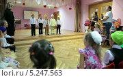 Купить «Дети выступают на сцене в детском садике», видеоролик № 5247563, снято 7 ноября 2013 г. (c) Кекяляйнен Андрей / Фотобанк Лори