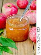 Купить «Джем яблочный с яблоками и ложкой на доске», фото № 5248123, снято 1 сентября 2013 г. (c) Резеда Костылева / Фотобанк Лори