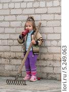 Маленькая девочка в саду (2013 год). Редакционное фото, фотограф Иванова Ирина / Фотобанк Лори