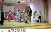 Купить «Танец в парах, утренник в детском саду», видеоролик № 5249163, снято 7 ноября 2013 г. (c) Кекяляйнен Андрей / Фотобанк Лори