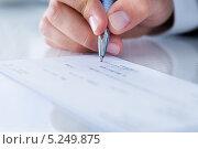 Купить «мужская рука подписывает банковский чек», фото № 5249875, снято 6 июля 2013 г. (c) Андрей Попов / Фотобанк Лори