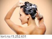 Купить «Девушка моет волосы», фото № 5252631, снято 21 мая 2010 г. (c) Валуа Виталий / Фотобанк Лори
