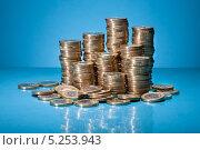Купить «куча монет крупным планом на голубом фоне», фото № 5253943, снято 9 мая 2013 г. (c) Андрей Попов / Фотобанк Лори