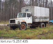 Купить «Брошенный у дороги грузовик», фото № 5257435, снято 9 ноября 2013 г. (c) Ельцов Владимир / Фотобанк Лори