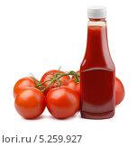Купить «Помидоры и томатный кетчуп на белом фоне», фото № 5259927, снято 4 ноября 2013 г. (c) Антон Стариков / Фотобанк Лори