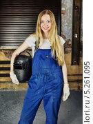 Купить «Юная улыбающаяся блондинка в рабочем комбинезоне», фото № 5261095, снято 30 апреля 2012 г. (c) Петр Малышев / Фотобанк Лори