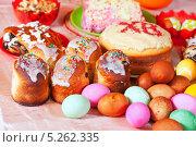 Купить «Пасхальные угощения. Крашеные яйца и куличи на праздничном столе», фото № 5262335, снято 15 апреля 2012 г. (c) Яков Филимонов / Фотобанк Лори