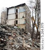 Купить «Снос пятиэтажного дома в Москве», фото № 5264979, снято 18 марта 2012 г. (c) Михаил Иванов / Фотобанк Лори