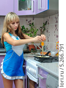 Купить «Девушка готовит яичницу», фото № 5266791, снято 31 августа 2013 г. (c) Арестов Андрей Павлович / Фотобанк Лори