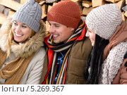 Купить «Молодой человек и девушки смеются, смотря в сторону», фото № 5269367, снято 27 января 2013 г. (c) CandyBox Images / Фотобанк Лори