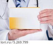 упаковка лекарства в руках врача. Стоковое фото, фотограф Андрей Попов / Фотобанк Лори
