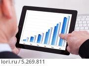 Купить «деловой мужчина смотрит график на цифровом планшете», фото № 5269811, снято 7 апреля 2013 г. (c) Андрей Попов / Фотобанк Лори