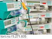 Несколько шприцевых насосов в отделении интенсивной терапии. Стоковое фото, фотограф Beerkoff / Фотобанк Лори