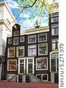Фасад типичного дома на улице Амстердама. Нидерланды (2013 год). Стоковое фото, фотограф Vitas / Фотобанк Лори