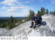 Мужчина сидит на вершине горы (2013 год). Редакционное фото, фотограф Ирина Александрова / Фотобанк Лори