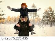 Портрет счастливой пары на прогулке. Стоковое фото, фотограф Римма Зайцева / Фотобанк Лори