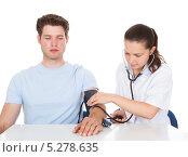 Купить «медсестра измеряет давление пациенту», фото № 5278635, снято 9 сентября 2013 г. (c) Андрей Попов / Фотобанк Лори