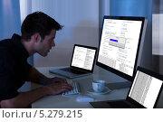 Купить «программист за рабочим столом», фото № 5279215, снято 9 сентября 2013 г. (c) Андрей Попов / Фотобанк Лори