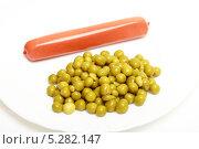 Купить «Сосиска с зеленым горошком на белой тарелке, на белом фоне», эксклюзивное фото № 5282147, снято 3 ноября 2013 г. (c) Яна Королёва / Фотобанк Лори