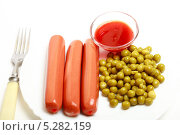 Купить «Сосиски с зеленым горошком и кетчуп в стеклянной соуснице на белой тарелке, изолированно на белом фоне», эксклюзивное фото № 5282159, снято 3 ноября 2013 г. (c) Яна Королёва / Фотобанк Лори