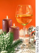 Купить «Новогодняя композиция. Свечи, бокал, ёлочные игрушки на красном фоне», фото № 5286455, снято 19 ноября 2013 г. (c) Виктор Топорков / Фотобанк Лори