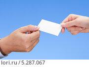Купить «визитка в мужской и женской руке», фото № 5287067, снято 21 октября 2012 г. (c) Андрей Попов / Фотобанк Лори