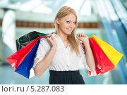 Купить «радостная девушка держит пакеты с покупками», фото № 5287083, снято 23 января 2011 г. (c) Андрей Попов / Фотобанк Лори