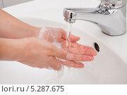 Купить «Женщина моет руки, крупный план», фото № 5287675, снято 16 июня 2013 г. (c) Андрей Попов / Фотобанк Лори