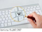Купить «Кнопка на клавиатуре изображением покупательской корзины», фото № 5287787, снято 21 июля 2013 г. (c) Андрей Попов / Фотобанк Лори