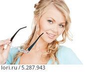 Купить «Привлекательная блондинка с очками в тонкой оправе», фото № 5287943, снято 26 сентября 2009 г. (c) Syda Productions / Фотобанк Лори