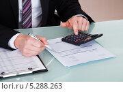 Купить «руки делового мужчины, делающего финансовые расчеты», фото № 5288263, снято 22 июня 2013 г. (c) Андрей Попов / Фотобанк Лори