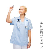 Купить «Медсестра в голубой форме работает с виртуальным экраном», фото № 5288719, снято 17 октября 2013 г. (c) Syda Productions / Фотобанк Лори