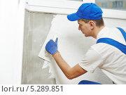 Рабочий штукатурит стену. Стоковое фото, фотограф Дмитрий Калиновский / Фотобанк Лори