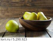 Купить «Груши в деревянной тарелке на деревянном столе», фото № 5290923, снято 20 ноября 2013 г. (c) Надежда Мишкова / Фотобанк Лори