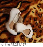 Свадебные туфли, белые. Стоковое фото, фотограф Александр Батищев / Фотобанк Лори