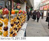 Купить «Мелкая торговля на улицах Китая, фрукты в сахарном сиропе», фото № 5291599, снято 16 ноября 2013 г. (c) Корнилова Светлана / Фотобанк Лори