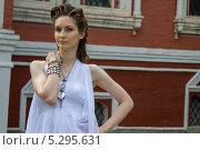 Девушка в белом на фоне старинной усадьбы. Стоковое фото, фотограф Наталья Степченкова / Фотобанк Лори