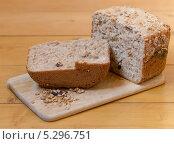 Купить «Домашний хлеб на разделочной доске», фото № 5296751, снято 30 июля 2013 г. (c) Максим Пименов / Фотобанк Лори