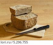 Купить «Домашний черный хлеб и нож на разделочной доске», фото № 5296755, снято 14 августа 2013 г. (c) Максим Пименов / Фотобанк Лори