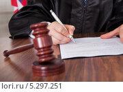 Купить «Судья расписывается на документе», фото № 5297251, снято 22 июня 2013 г. (c) Андрей Попов / Фотобанк Лори