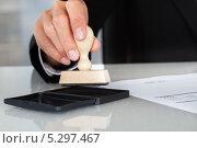 Купить «штамп в руке делового мужчины», фото № 5297467, снято 18 августа 2013 г. (c) Андрей Попов / Фотобанк Лори